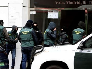 La Guardia Civil entra a un edificio en Zaragoza.