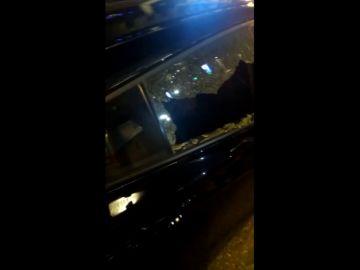 Huelga de taxi: destrozan el cristal de un coche VTC lanzándole una canica en pleno centro de Madrid