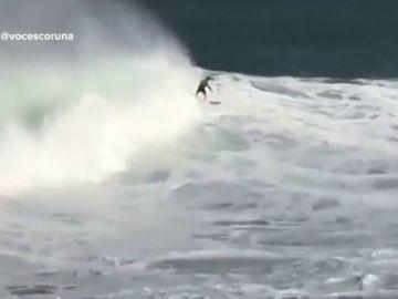 Los surfistas aprovechan el temporal para cabalgar las olas de más de ocho metros en Galicia