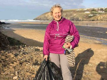 Pat Smith recoge residuos en una playa.