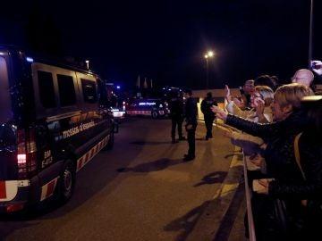 Llegada a la prisión de Brians de los vehículos de los Mossos d'Esquadra que trasladan a los presos soberanistas.