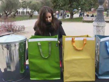 Imagen de una joven reciclando