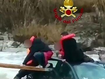 Rescatan a tres adolescentes atrapados
