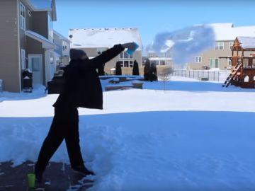 Un hombre lanza un vaso de agua caliente al aire helado en Chicago.