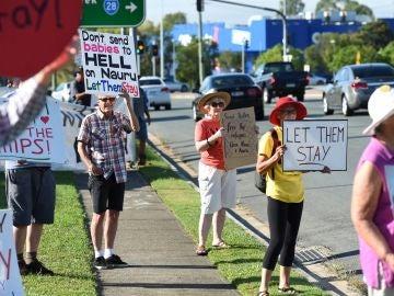Activistas protestan ante la oficina del ministro australiano de Inmigración, Peter Dutton