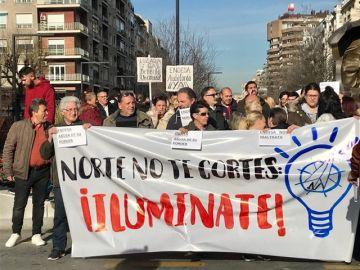 Centenares de vecinos de la zona norte de Granada protestan por los cortes de luz