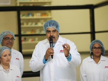 Nicolás Maduro visita la plana de medicamentos SM Pharma