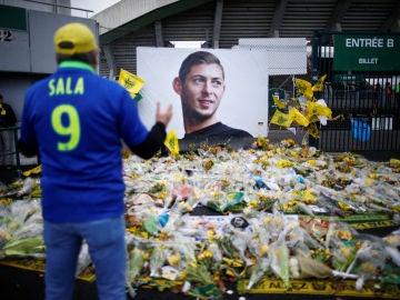 Aficionados del Nantes dejan ramos de flores en el homenaje a Emiliano Sala