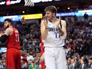 Luka Doncic aplaude una acción en un partido con los Mavericks