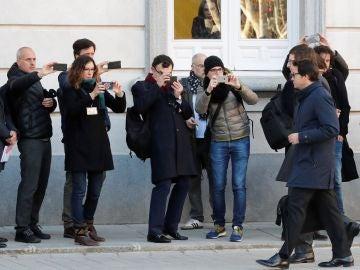 Periodistas acreditados en los alrededores del Tribunal Supremo