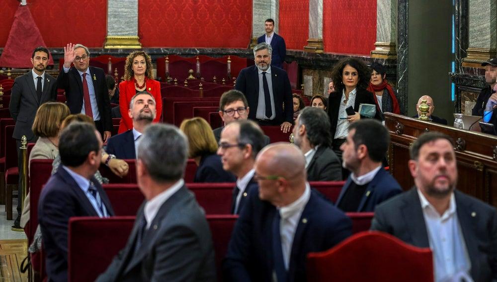 El presidente de la Generalitat, Quim Torra, saluda a los líderes independentistas acusados por el proceso soberanista catalán en el banquillo del Tribunal Supremo