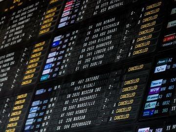 Un panel avisa de la cancelación de vuelos en el Aeropuerto Internacional de Zaventem