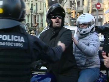 Un huelguista escupe en la cara a un motorista después de que increpase a los independentistas