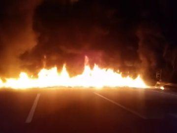 Neumáticos ardiendo cortan una carretera en Cataluña