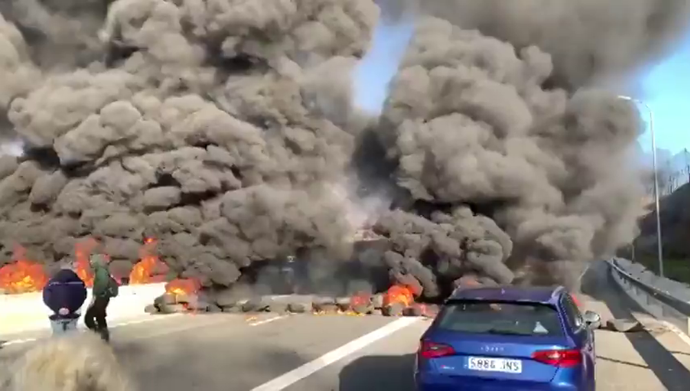 """Levy denuncia la quema de neumáticos en carreteras catalanas: """"Cataluña ha sido tomada por radicales independentistas"""""""