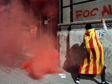 Un manifestante hace una pintada en Barcelona durante la huelga independentista