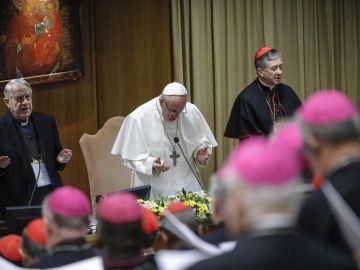 El papa Francisco reza en la cumbre que se celebra en el Vaticano sobre los abusos a menores por parte del clero