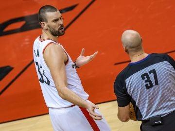 Marc Gasol dialoga con un árbitro