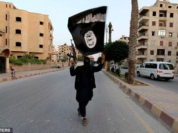 Un integrante del Estado Islámico exhibiendo la bandera