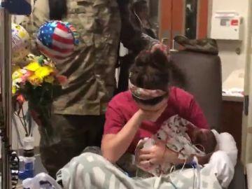 """""""Un soldado llegó a casa"""", la emocionante sorpresa de un militar a su mujer después de dar a luz"""