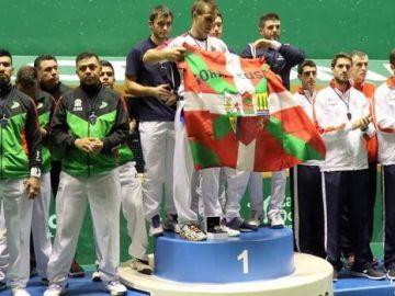 Bixintxo Bilbao muestra la ikurriña en el podio