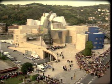 Entre un asesinato de ETA y las críticas de los medios de comunicación: el Museo Guggenheim llevó el renacimiento a Bilbao con muchas dificultades