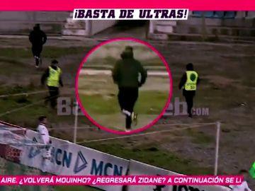 Ultras agreden a un fotógrafo que se defiende con el trípode de su cámara
