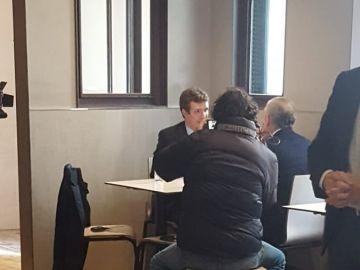 Pablo Casado concede una entrevista en el bar Kotxa de Alsasua