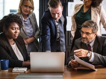 Hombres y mujeres en una reunión en una oficina