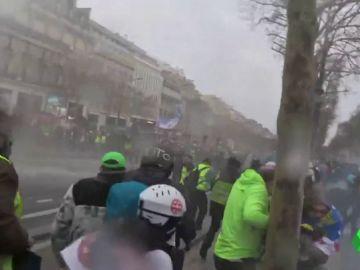 Cañones de agua y gases lacrimógenos contra los 'chalecos amarillos' en las calles de París