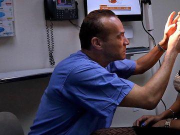 El doctor Christopher John Salgado en su consulta en 2017