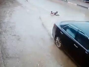 La impactante maniobra de un conductor para evitar atropellar a un niño que cruzó sin mirar