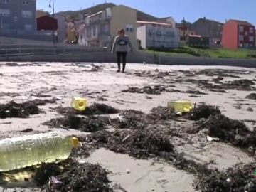 El Ayuntamiento de Camariñas pide a los vecinos que no consuman el aceite que encontraron en la costa