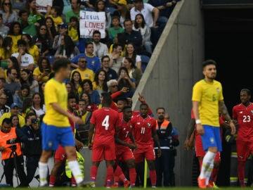 Panamá celebra un gol ante Brasil