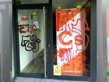 Ciudadanos denuncia las pintadas en su sede de Pamplona