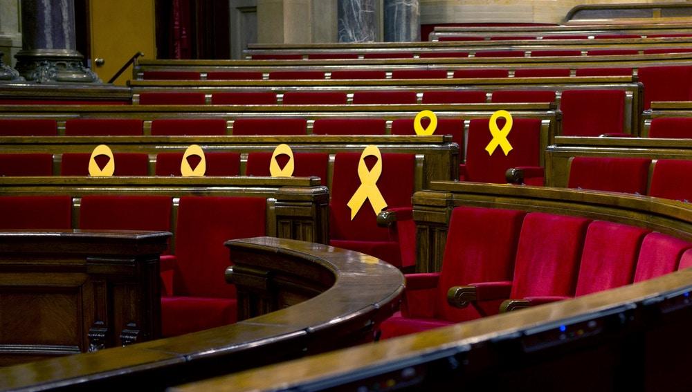 Aspecto del hemiciclo del Parlament de Cataluña, con lazos amarillos en los escaños de los diputados encarcelados