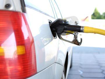 Imagen de archivo de un coche en una gasolinera.