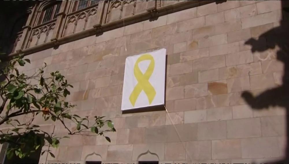 Torra mantiene un lazo amarillo en el interior de la Generalitat