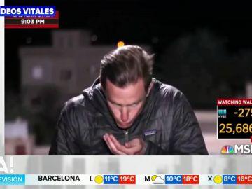 Pillan a un reportero escupiéndose en la mano para peinarse en pleno directo