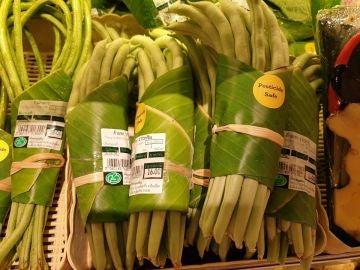 """Verduras """"envasadas"""" en hojas de plátano"""