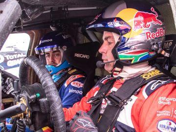 Fernando Alonso, probando el Toyota ganador del Dakar