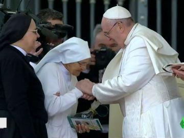 El papa se deja besar la mano tras la polémica en el santuario de Loreto