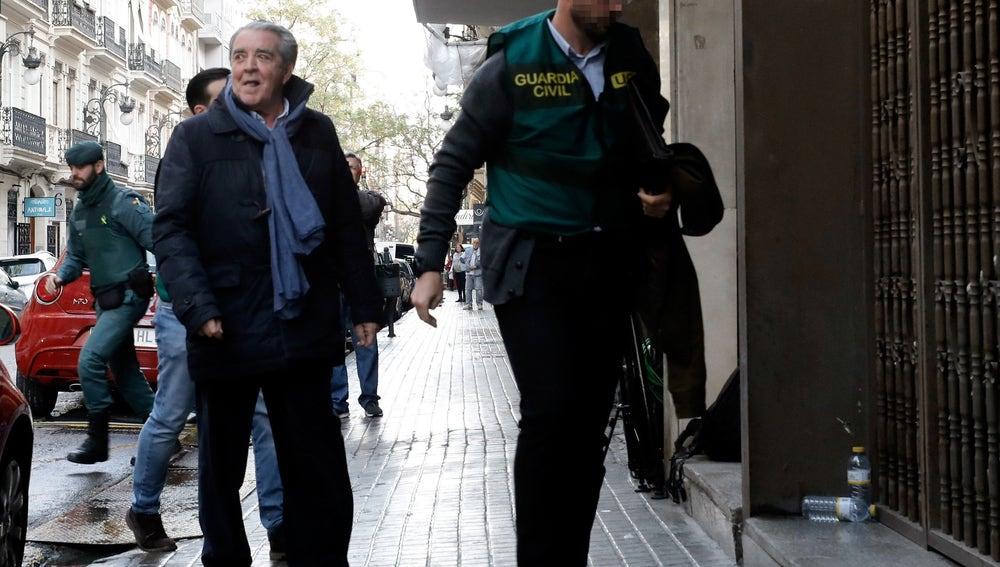 El cuñado de Barberá llega con la UCO para el registro de su despacho.
