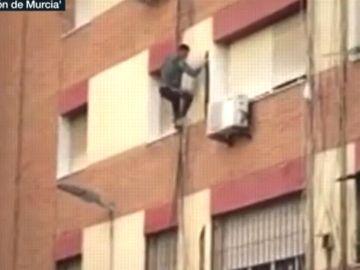 Un hombre huye peligrosamente de una redada policial en Murcia.