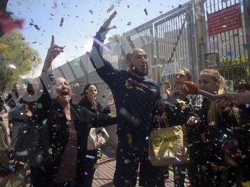 Imagen de la puesta en libertad de los detenidos tras la redada de narcopisos en Murcia
