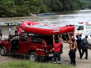 Personal de rescate durante las labores de búsqueda del estudiante español Manuel Tundidor Cabral, en el sector de Misahualli, Tena (Ecuador).