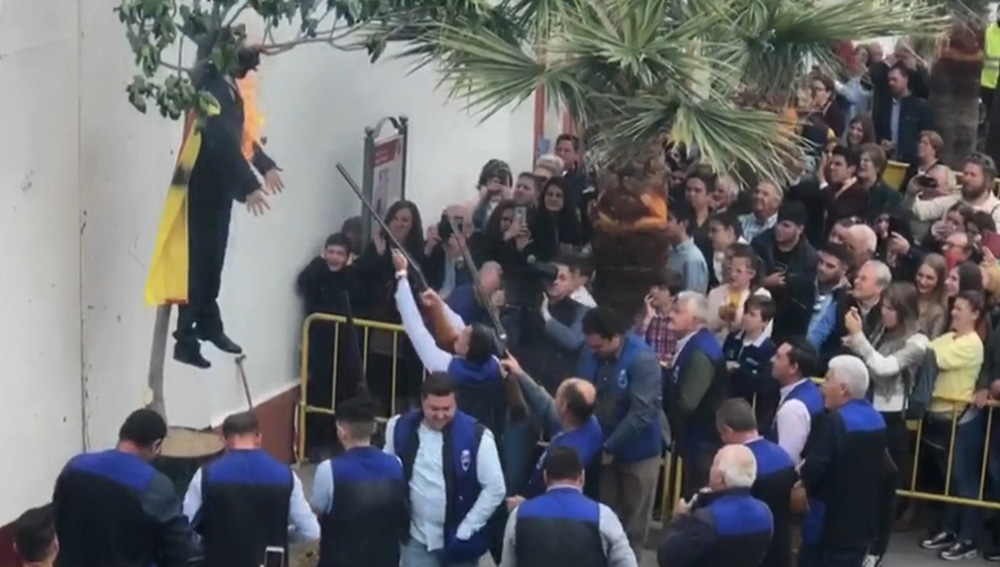 Disparan y queman un muñeco de Carles Puigdemont en Coripe, Sevilla