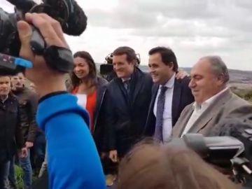 Banderas de España, besos y fotos: así entra Pablo Casado en un mitin del Partido Popular