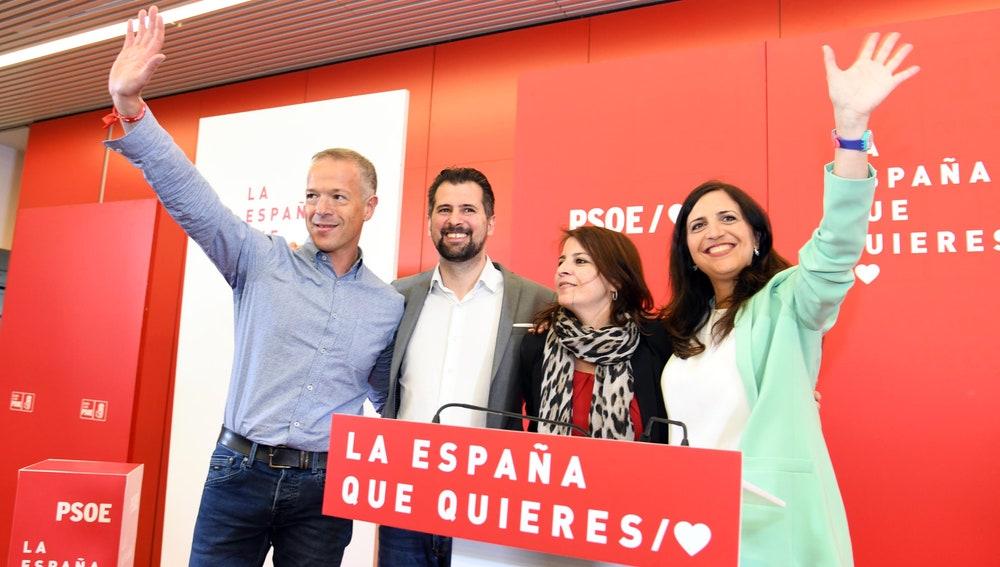 La vicesecretaria general del PSOE, Adriana Lastra (2D), acompañada del candidato a la Presidencia de la Junta de Castilla y León, Luis Tudanca (2I); y los candidatos al Congreso y al Senado por Burgos, Esther Peña (D) y Ander Gil (I), respectivamente, en un acto celebrado en Burgos