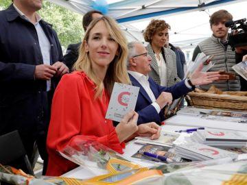 Álvarez de Toledo firma ejemplares de la Constitución